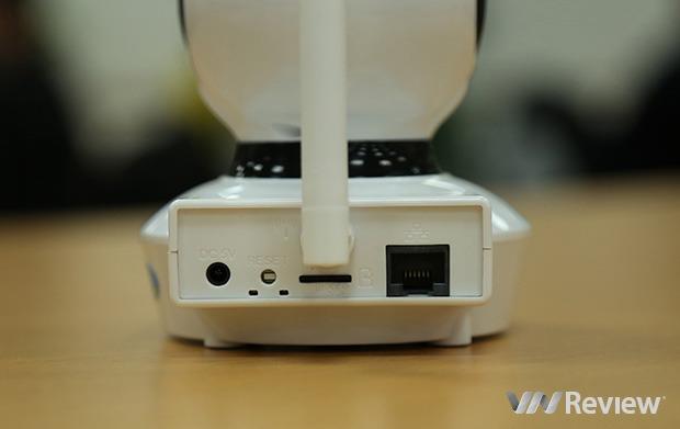 phia sau camera bullcam bcv823w co cong mang, ang ten thu song wi-fi, nut reset va cong nguon.