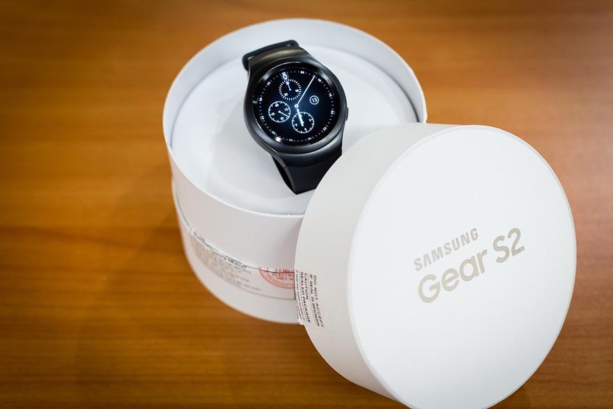 Mở hộp đồng hồ thông minh mặt tròn Samsung Gear S2