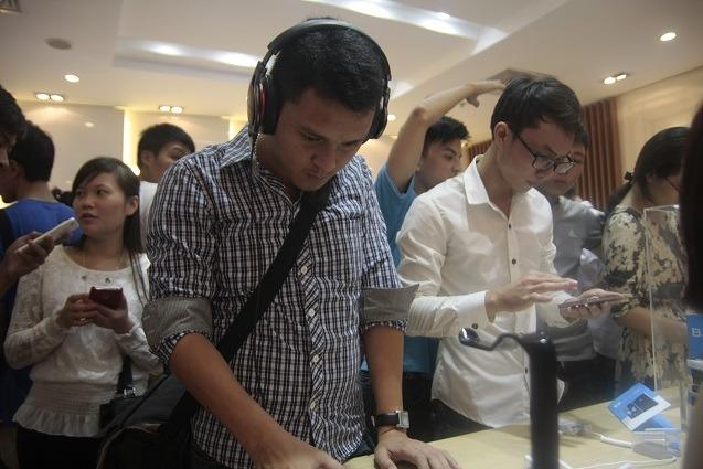 nguoi dung xep hang cho showroom bphone mo cua 06