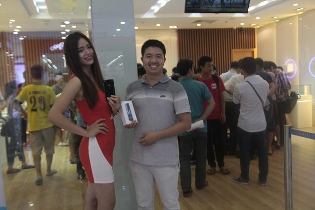 nguoi dung xep hang cho showroom bphone mo cua 07