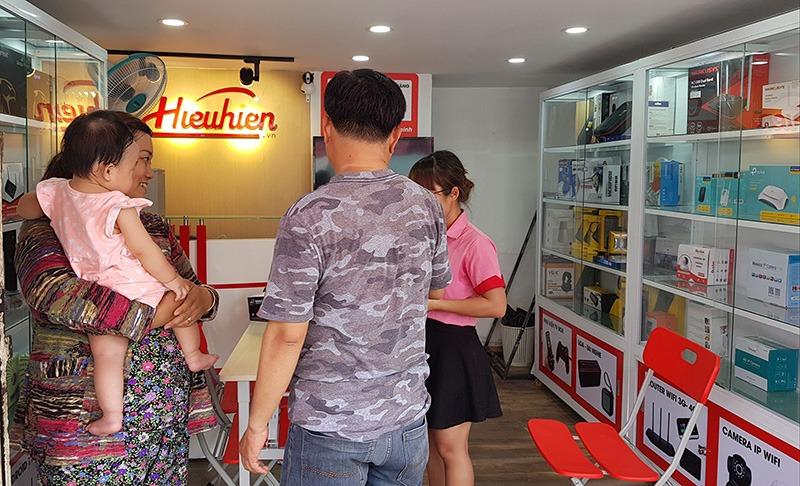 khách hàng mua sắm tại Hiếu Hiền phú nhuận