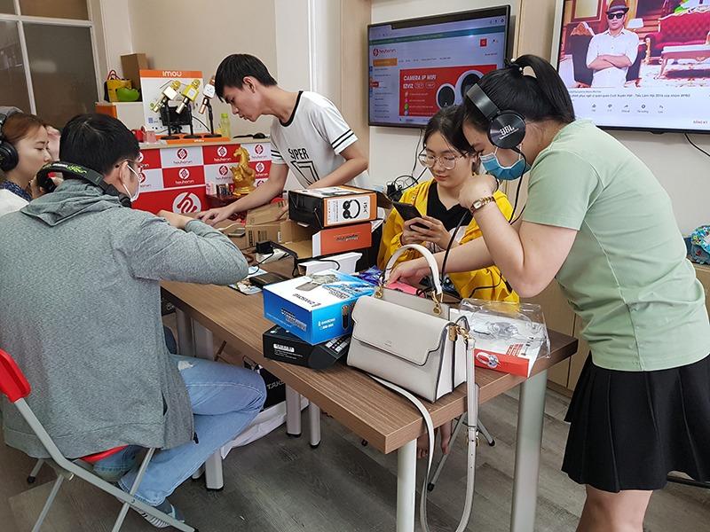 Khách hàng trải nghiệm thực tế các bộ micro thu âm trực tiếp tại Hieuhien.vn