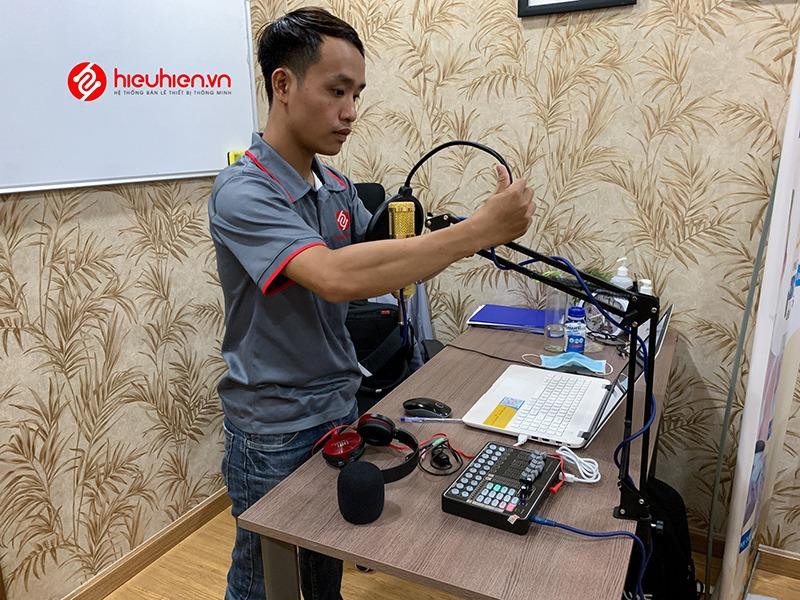 Nhân viên Hiếu Hiền lắp đặt bộ micro thu âm cho đơn vị làm đẹp SPAYO